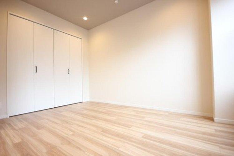 ダイニング・キッチンに続く洋室を区切る引戸を閉めた状態です。開ければリビングと一体感が生まれ、閉めれば独立した居室として使うことが可能ですので、寝室や客間としても利用出来ます。