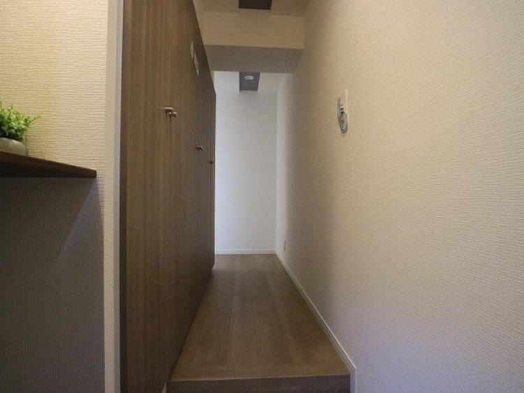 玄関扉を開けると広々としたスペースがあります。壁一面に大容量のシューズクローゼットもあって、収納スペースも十分ですね。