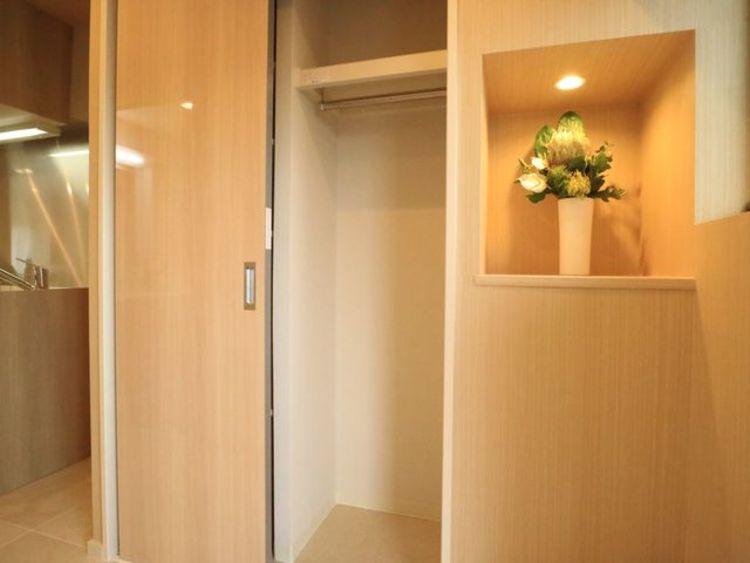清潔感のある空間を保てるよう、収納スペースを広く設けてますので、玄関をスッキリ綺麗な空間に纏めます。