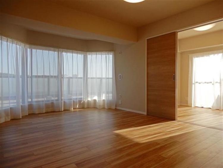 約11.6帖 角部屋のため、窓からやわらかい光が差し込み、ゆったりとくつろげる空間です。