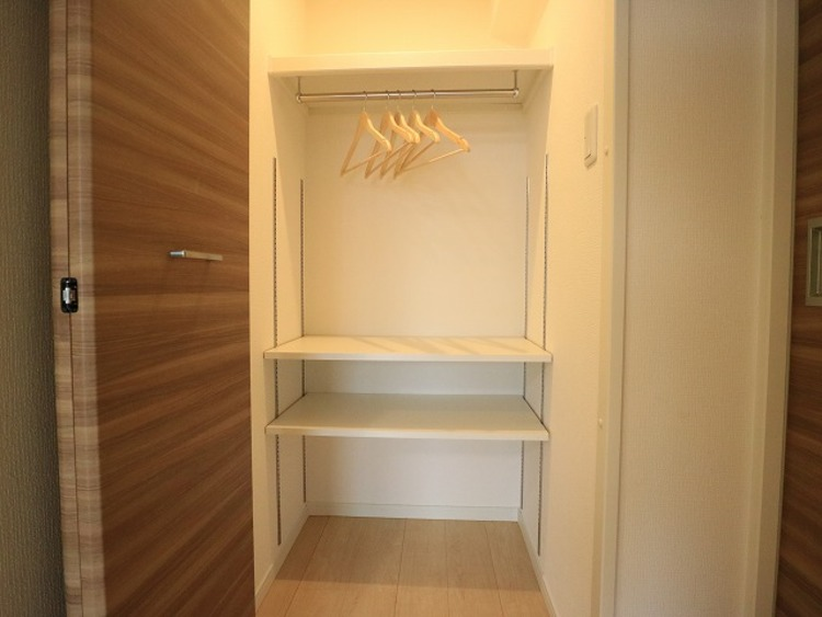 マルチウォークインクローゼットは棚も設置して便利な収納に。毎日使う掃除機やお掃除グッズ、お洗濯グッズはここに。