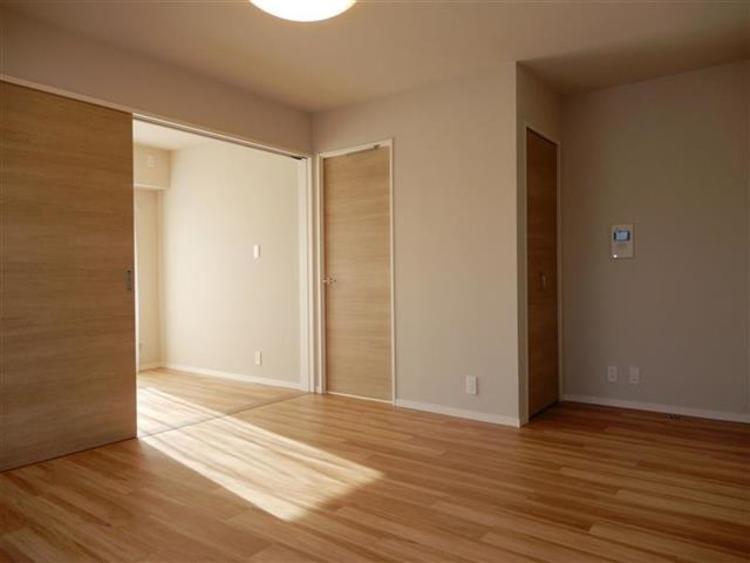約11.6帖 洋室と繋がる引き戸を開けると、より開放感のある空間に♪
