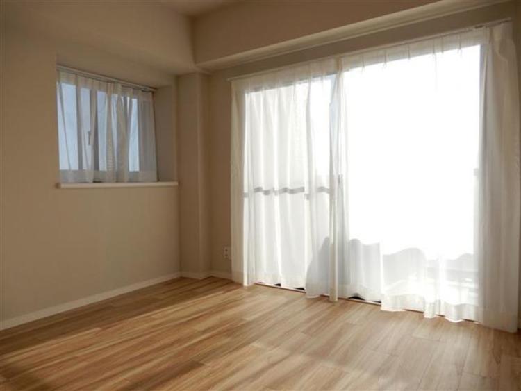 洋室1 約4.7帖 南西向きの窓からは明るい光が差し込む居心地の良いお部屋です。