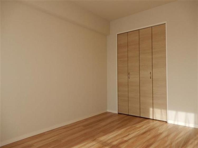 洋室3 約6.0帖明るい色合いのフローリングとなっており、お部屋は暖かい雰囲気です。