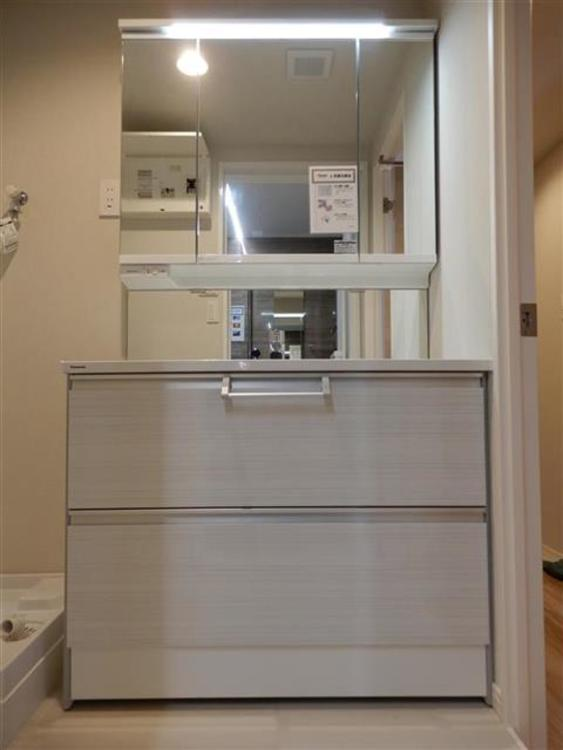 洗面はパナソニックの飽きの来ないシンプルなデザインのものを新設。