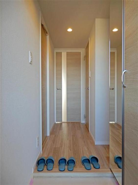 玄関横には収納が付いており、玄関周りがすっきりと片付きます!
