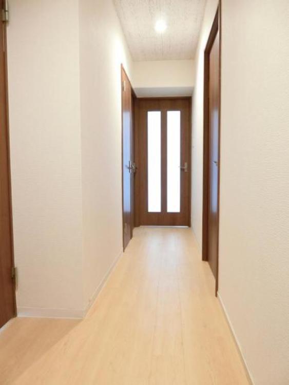 玄関を入ると清潔感ある明るい廊下が広がります!