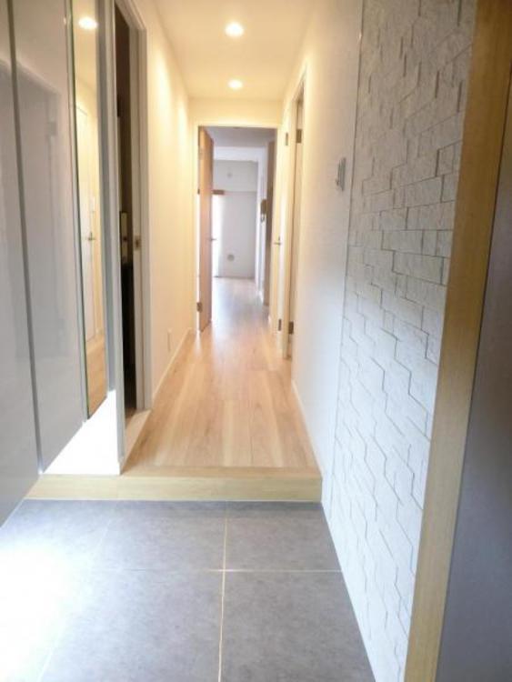 玄関を入ると暖かみのある明るい廊下が!