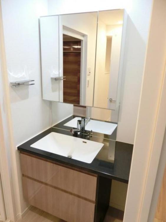 デザイン性ある洗面スペース。使いやすく朝の身支度もスムーズにできますね!