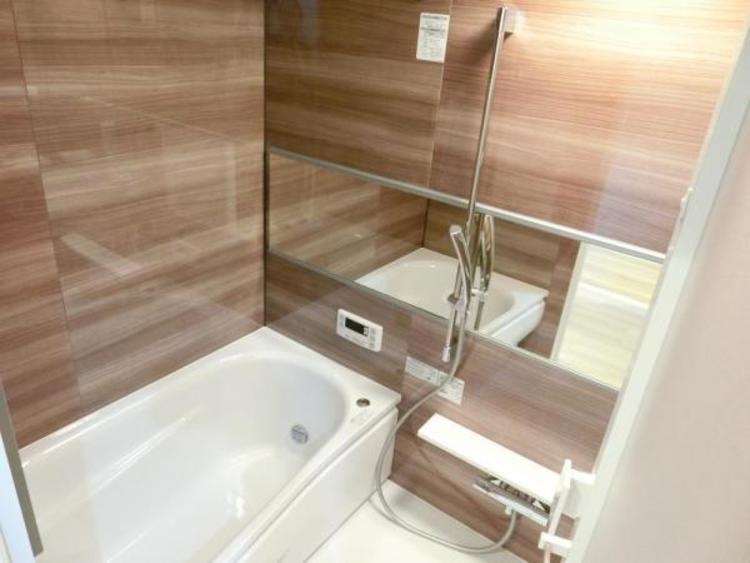 木目のデザインの浴室は一日の疲れを癒すくつろぎの空間です。