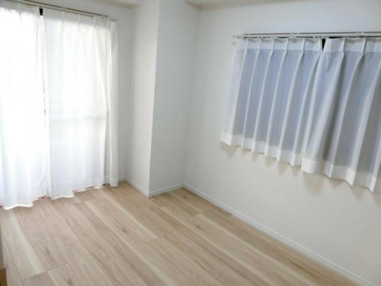 明るい陽射しが射し込む洋室です。