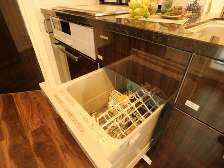 ビルトイン食洗機を採用。予約運転機能などもあり、家事の時間短縮や効率アップ、節水にも威力を発揮します。