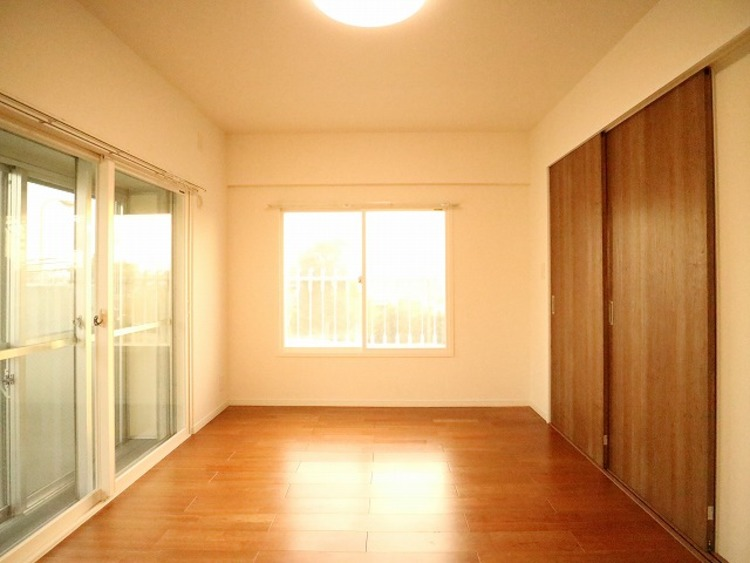 リビングと隣接の洋室は天井、フローリングと同じ色合いで揃えており、引戸を開くと広々とした空間になります。