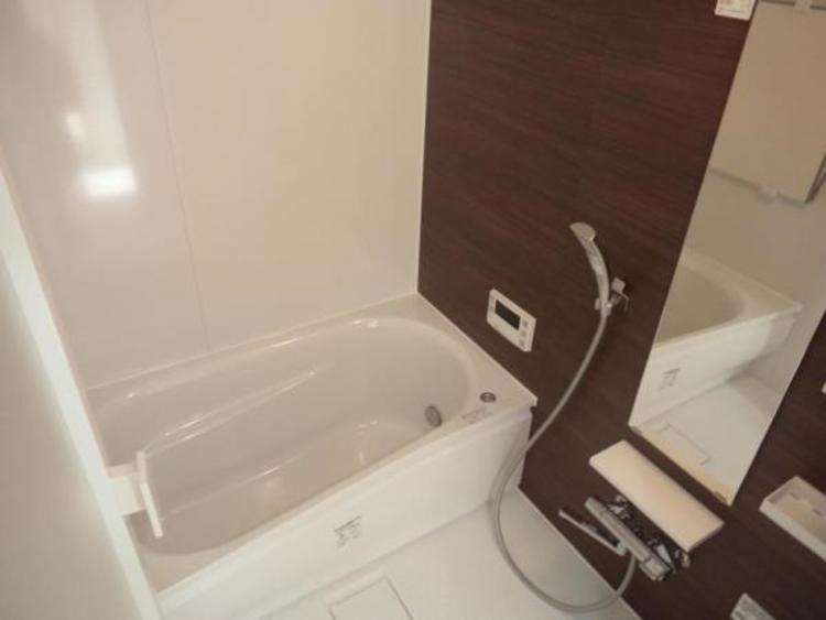 シックなデザインの浴室は一日の疲れを癒すくつろぎの空間です!