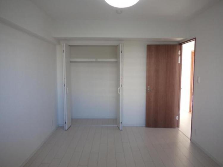 5帖の洋室。広い収納で増えていく荷物もスッキリ!