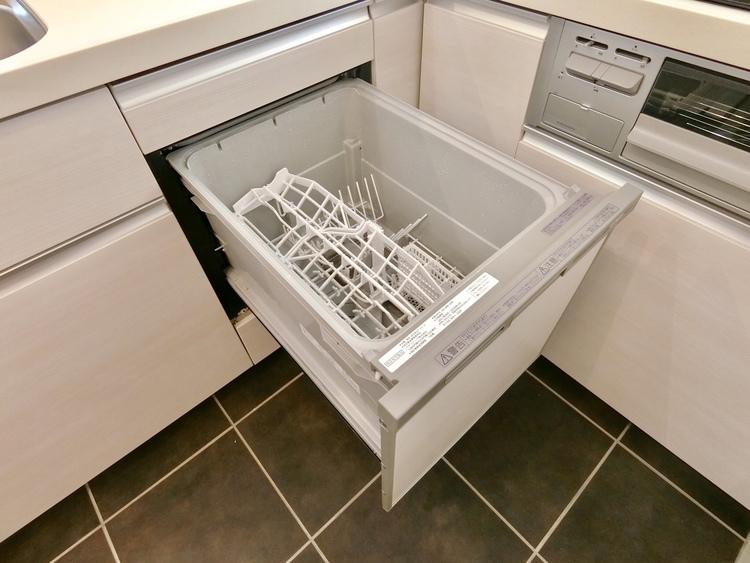 後片づけおまかせの食洗機。ママも食後のだんらんに加われます。