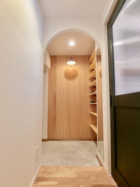 細部のデザインにもこだわった内装です。玄関部はアーチ状にかわいらしい印象です。