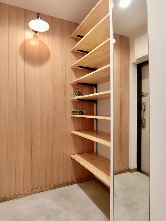 羽目板を使用。玄関からも木の温かみを感じていただける内装です。