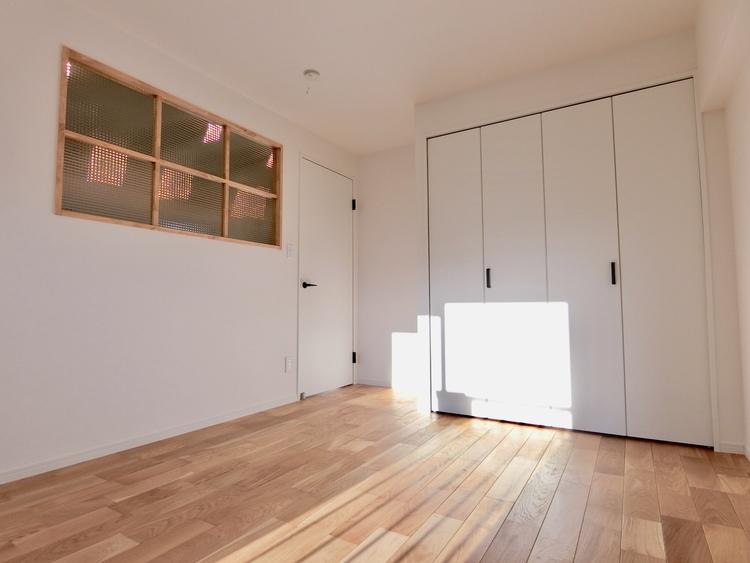 寝室にはダブルベッドも十分置くことができるスペースです。