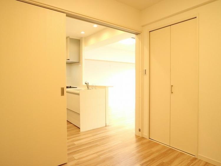 隣接するリビングとの色味を合わせながら、落ち着きのあるシンプルなお部屋をご用意。収納も充分です。
