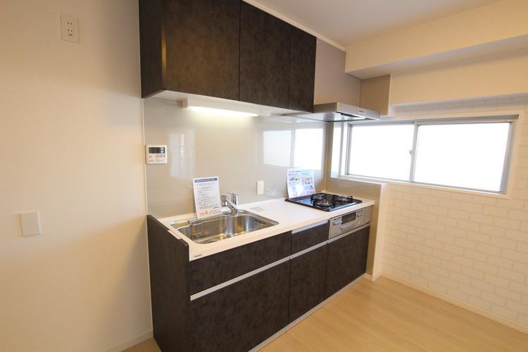 湿気のこもりがちなキッチンにも窓がある嬉しい間取り。においの強いお料理の後でもすぐに空気の入れ替えができます