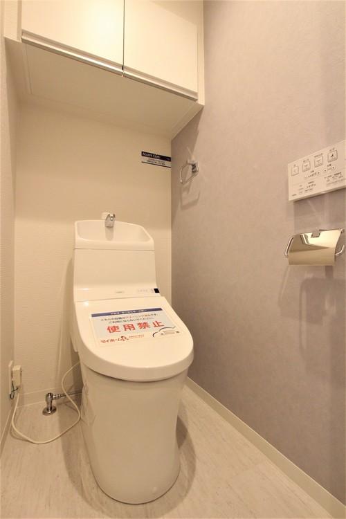 上部に棚が取り付けられたトイレ。生活用品のストックなどを人目につかないように収納できます