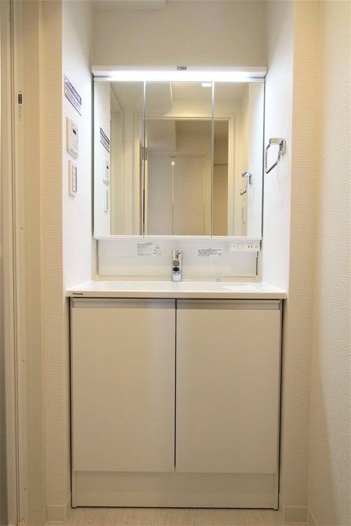 洗濯機置場が廊下にあるため、洗面室が広々としています