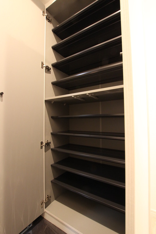 下足入の棚は可動式。お持ちの靴にあわせて高さを変えられるため、どんな靴でもすっきりと片付きます