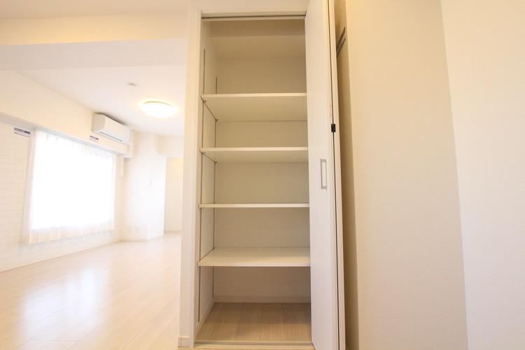 リビングにも収納スペースを設置。掃除用品など使用頻度の高いものの収納場所にぴったりです