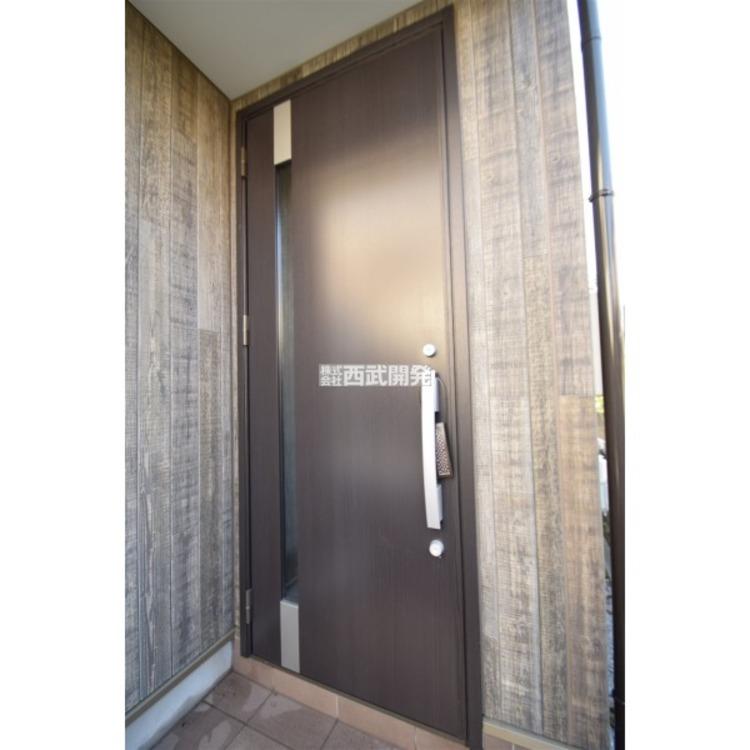 玄関ドアはダブルロックで防犯に配慮されています。