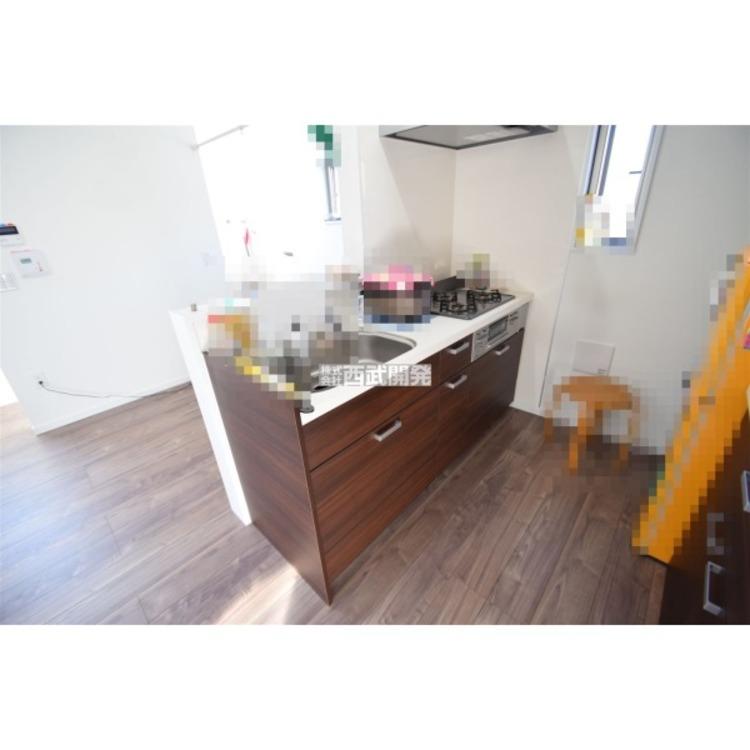 オープンタイプのキッチン。スライド収納で食器類の出し入れがしやすいです。※家具等は含まれません。
