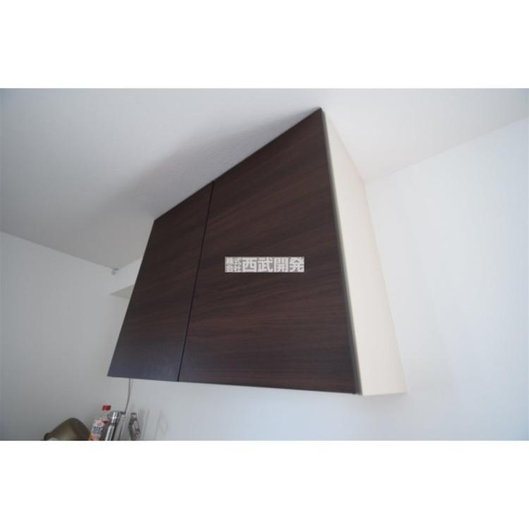 キッチン背面に便利な吊り戸収納付です。
