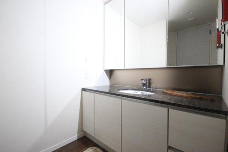 清潔感の高い洗面台です。慌しい朝にもゆとりを感じさせてくれます。