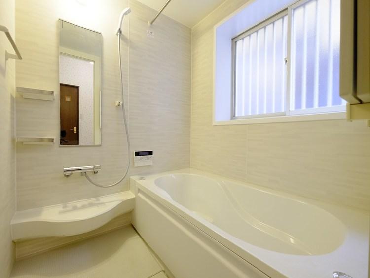 4年前に思い切ってリフォームした自慢の浴室はゆったりサイズの一坪タイプ。半身浴も楽しめる浴槽は環境に優しい節水タイプを採用。洗い場の床は、乾きやすく滑りにくい快適使用。