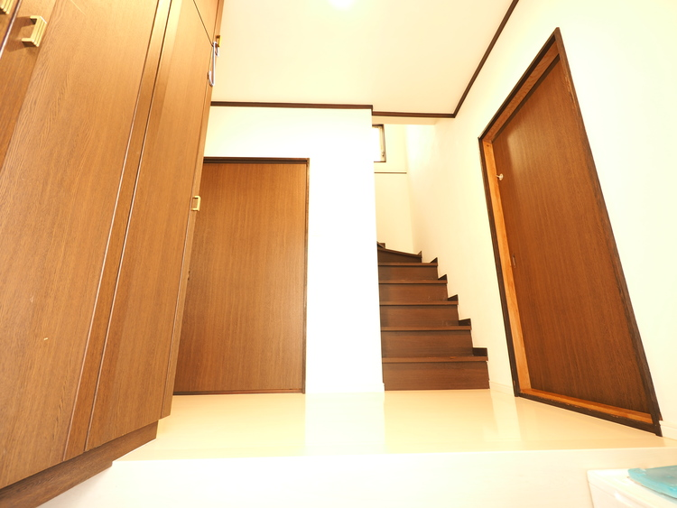 家の顔となる玄関は、格調高いデザイン性が求められます。玄関は、高級感と断熱性、防犯性に優れた玄関ドアを標準装備。デザイン性だけではなく、ピッキング対策に優れたセキュリティサムターン等、防犯面も対応。