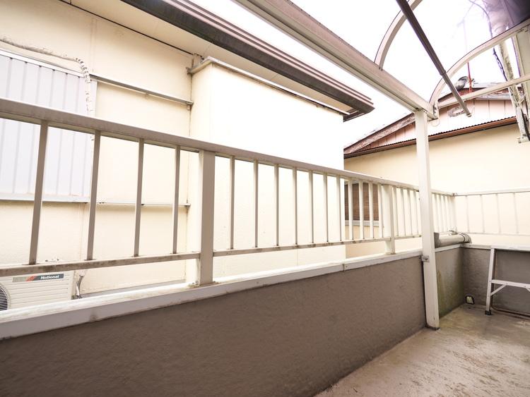 バルコニーでは洗濯物を干すだけでなく、プランターや観葉植物を置いて緑を楽しむこともできます。お好みの空間づくりをお楽しみください。