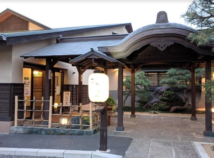 露天風呂とレストランのある温泉施設。家族でゆったり楽しめます