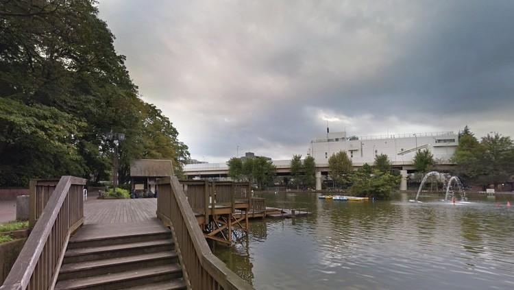 ボートで遊覧できる大きな池のある公園