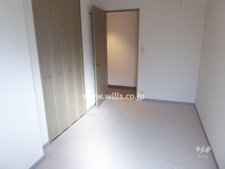 西側洋室約5.6帖。天井まであるクローゼット付きなので、お部屋を広くお使い頂けます。