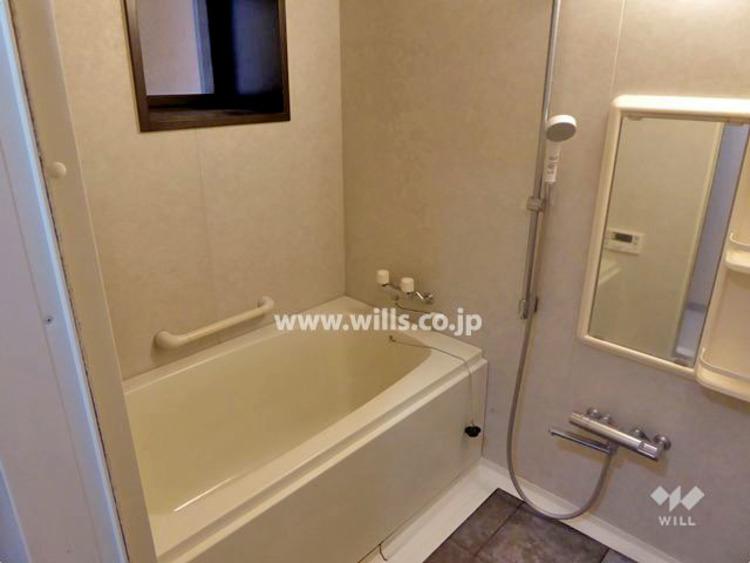 窓があるため、通風良好! 浴室乾燥機付きなので、雨の日にも洗濯物を干せます。