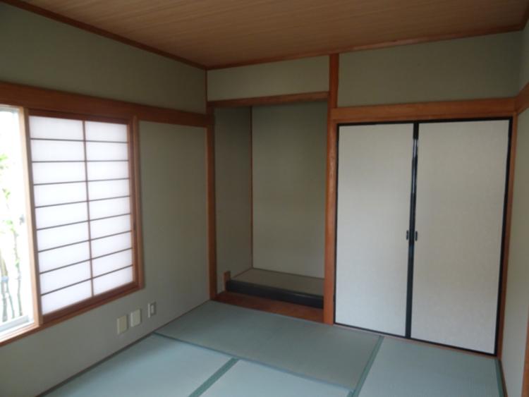 1階和室。床の間や収納もしっかりあり、二面採光です。