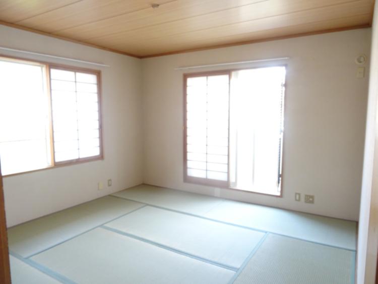 広い8帖の和室です。バルコニーがついています。