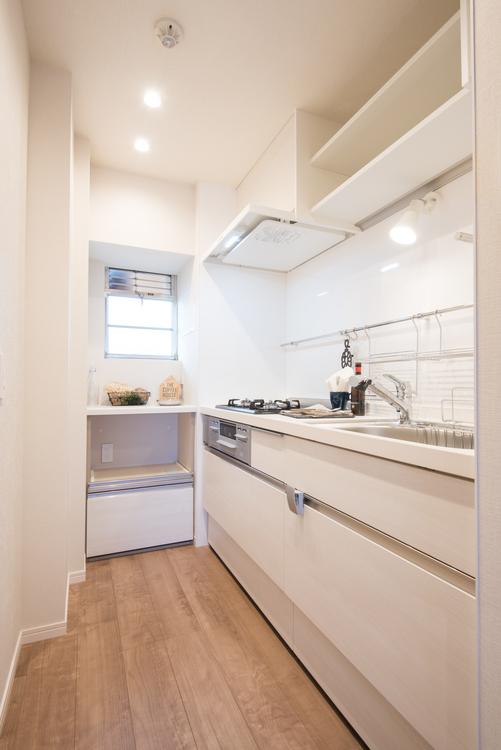 白を基調としたキッチンはLIXL製システムキッチンを設置し、窓のある約3.0帖の明るいキッチンです