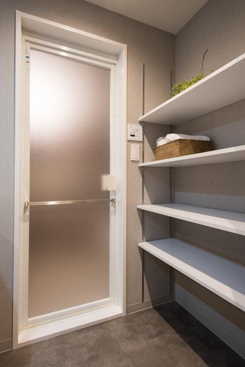 脱衣所にもなる洗面所には、タオルなどを収納できる棚を備え付けました