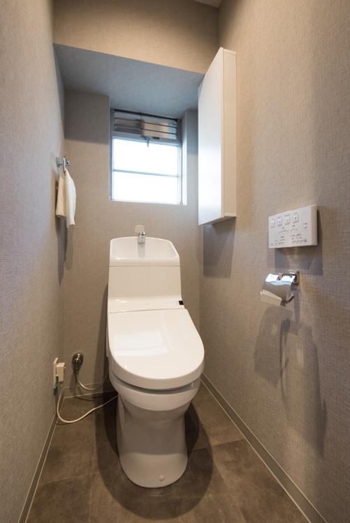TOTO製洗浄便座を設置したトイレには窓があり明るいです