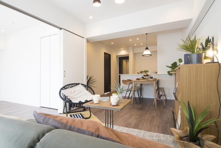 リビングダイニングは隣接した洋室と接続して1部屋として活用できる明るい空間です