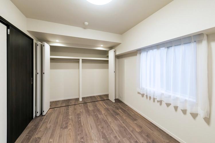 開口部の大きなクローゼットのある洋室1 約6.6帖