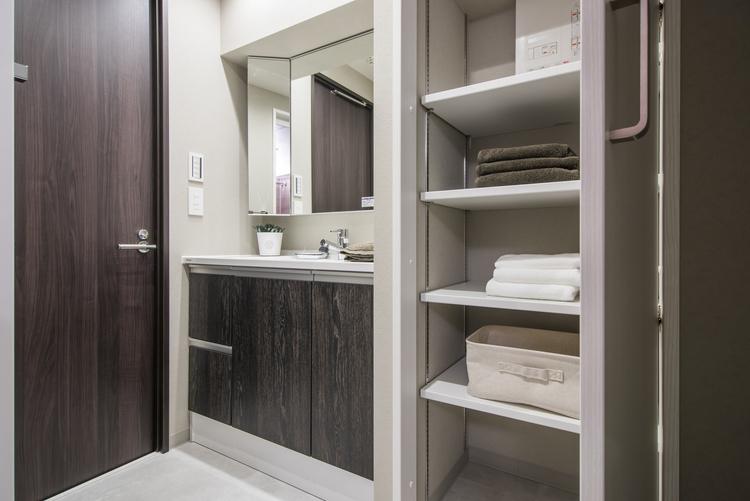 洗面所には、三面鏡のついたPanasonic製洗面化粧台とタオルがしまえる棚を設置