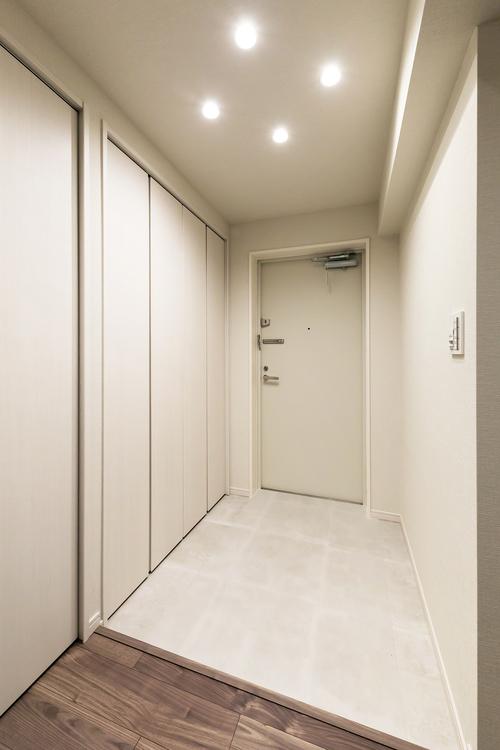 白を基調とした玄関。