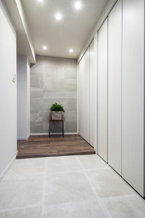 玄関の先には、空気をきれいに整えるエコカラットを取り付けた壁があります。